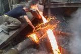 Siêu nhân Armenia dùng tay không chạm vào dòng kim loại đang nóng chảy