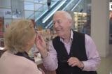 Ông cụ 84 tuổi học trang điểm để làm đẹp cho người vợ mù
