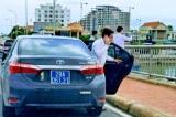 Quảng Bình: 4 xe biển xanh nối đuôi nhau dừng đỗ trên cầu Nhật Lệ 1