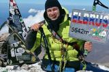 """Người đàn ông """"không chân"""" leo lên đỉnh núi 5.642 m chỉ bằng 2 tay"""