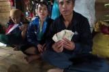 Thấy 10 triệu đồng trong áo quần được tặng, gia đình nghèo ở Quảng Trị nhờ tìm trả