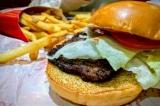 Vì sao miếng thịt kẹp bên trong hamburger của hãng Wendy's lại có hình vuông?