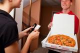 Nhân viên giao pizza 89 tuổi bất ngờ nhận được 12.000 đô tiền tip