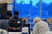 Nhân viên siêu thị 18 tuổi giúp cụ bà trả tiền mua hàng